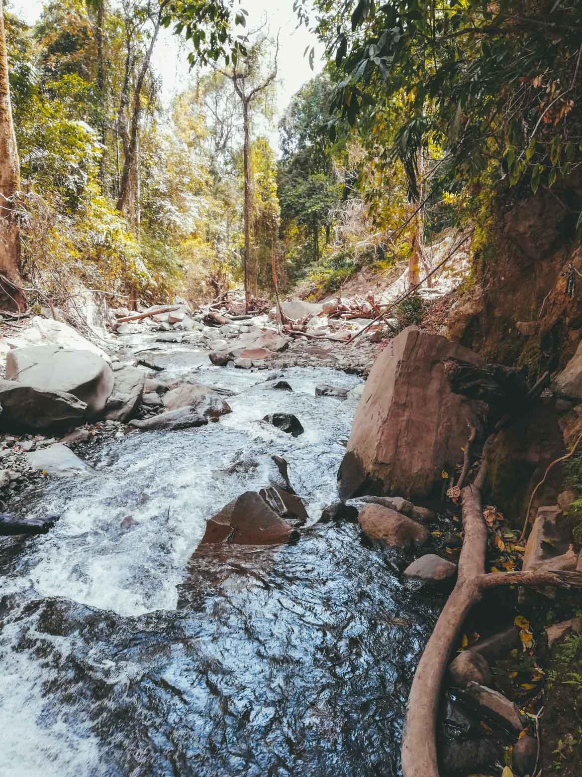 Sentiero lungo il fiume per Tiu Kelep