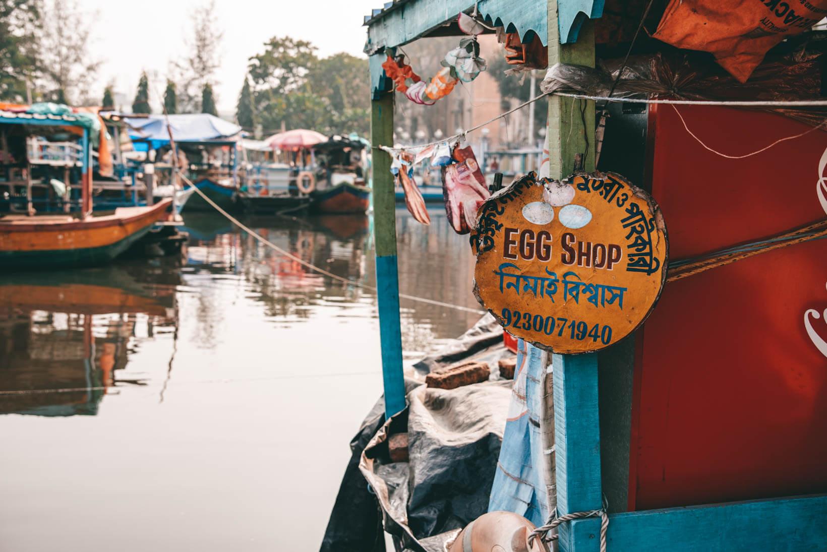 Barche nel mercato galleggiante Patuli Calcutta