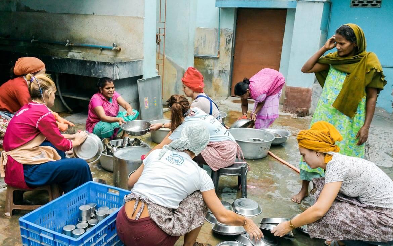 Volontariato Missionarie Carità lavare i piatti