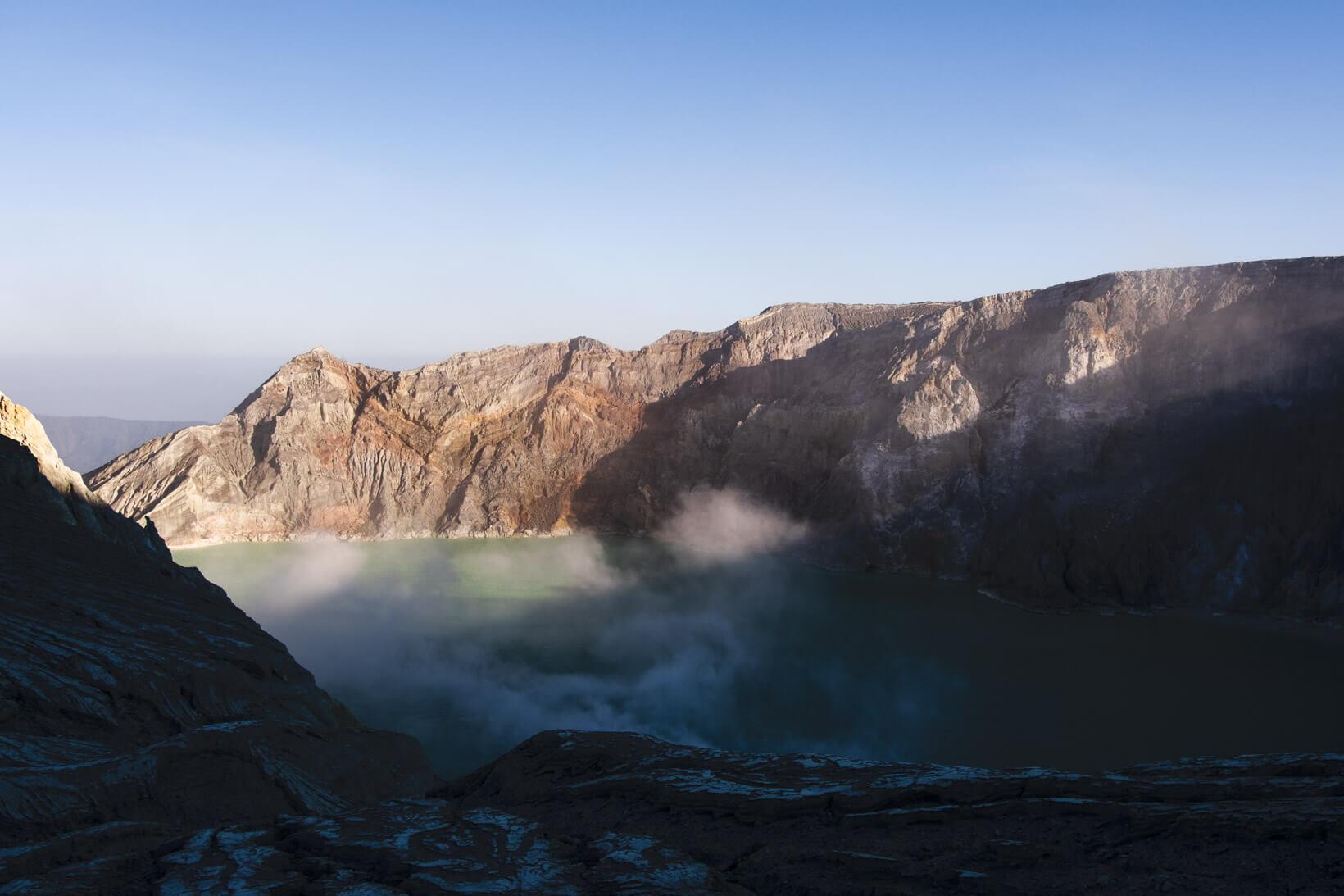 Lago acido nel cratere vulcano Ijen