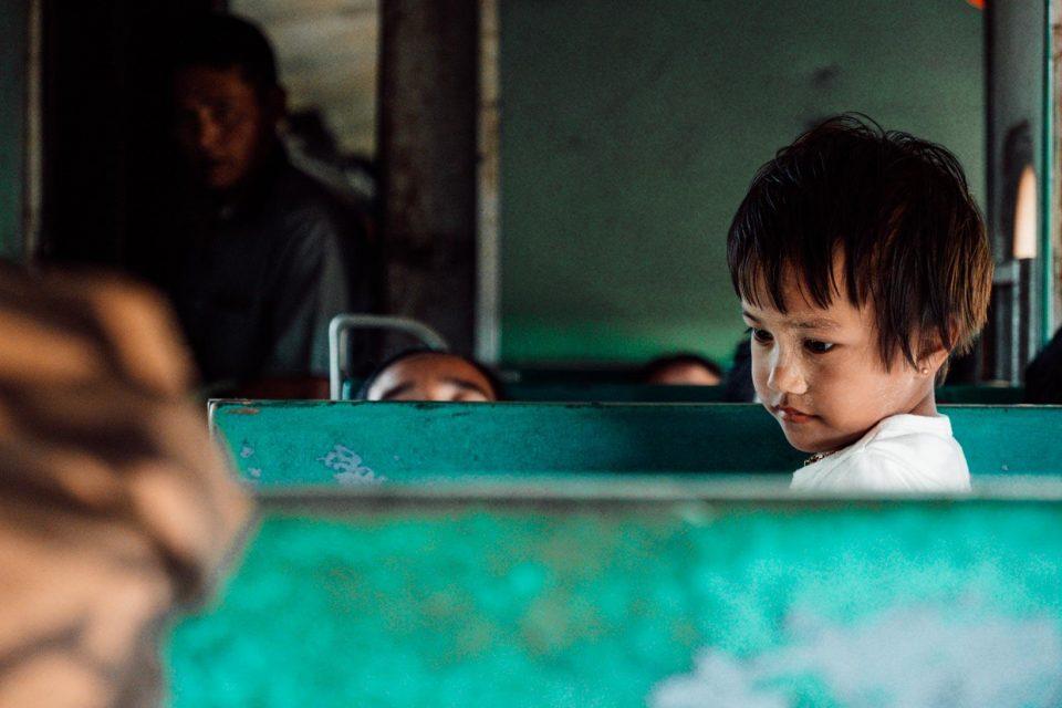 Bimba in treno in Birmania