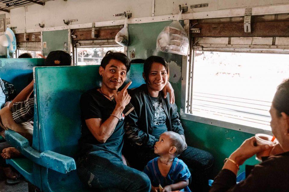 Persone in treno in Birmania