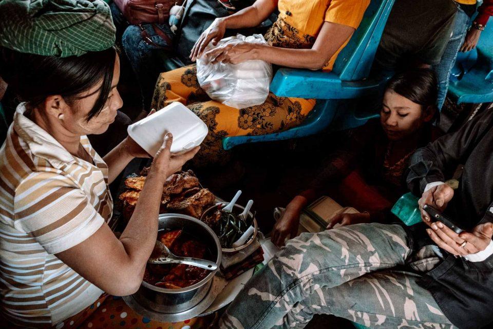 Venditori di cibo in treno in Birmania