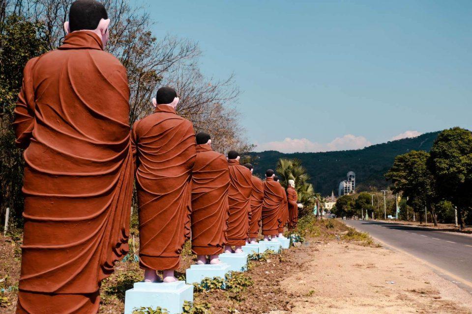 Statue monaci al Buddha Win Sein Taw Ya a Mawlamyine